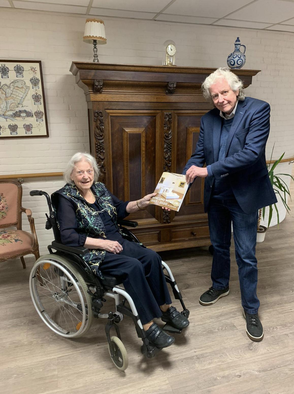 Wilma Kreukniet ontvangt boek van Rob Kreszner